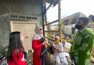 Peduli Korban Kebakaran di Jalan Seto, Hj.Fitriani Manurung Kirim Sembako dan Paket Lebaran